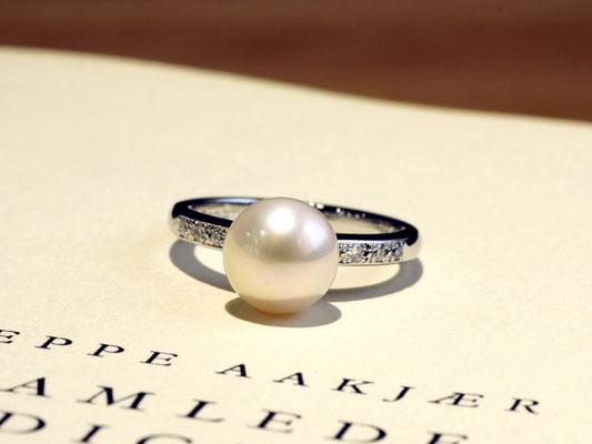 パールとダイヤモンドのシンプルなリング。
