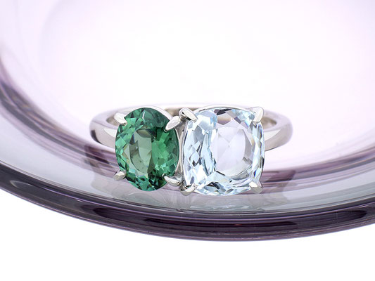 形と色の異なる2つの石を並べて。