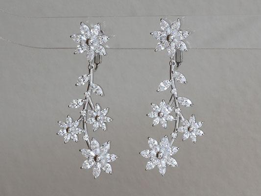 ご結婚式でお着けになるイヤリングを。下のパーツが揺れる仕様です。