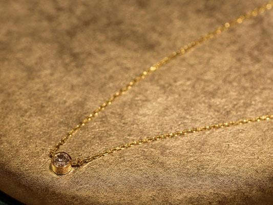 フクリン留めの一粒石ペンダント。ダイヤモンドの底(キュレット)が枠から出ていないタイプです。