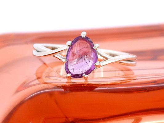 コロンとしたピンクサファイアのリング。2連風のアームが印象的なデザインに。