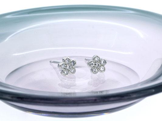 プラチナとダイヤモンドを使った、フラワーモチーフのピアス。