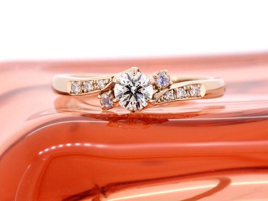 ピンクゴールドとダイヤモンド、お誕生石のムーンストーンで、柔らかな色合わせに
