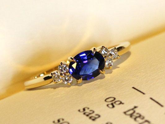 センターストーンの両サイドに集めたダイヤモンドが華やかな印象のリングです。