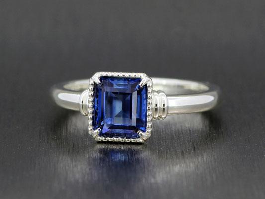 カイヤナイトとシルバーの組み合わせがクールな印象の指輪。アームの装飾もアクセントに。