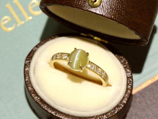 落ち着いた印象のクリソベリルキャッツアイに、ダイヤモンドとゴールドを合わせて華やかに。