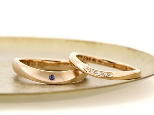 ゆるいU字のマリッジリング。男性用リングにはサファイア、女性用リングにはダイヤモンドを。