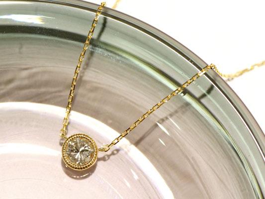 ミルグレインでダイヤモンドを囲んだ一粒石ペンダント。