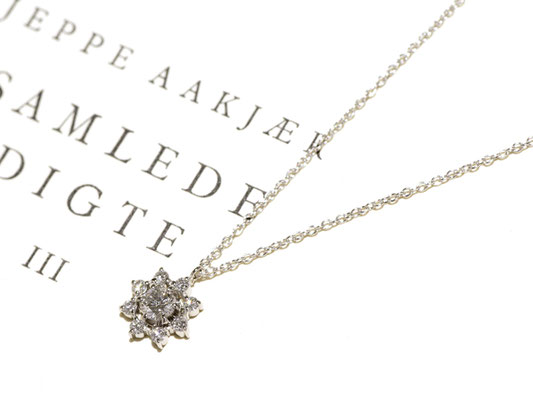 メインのダイヤモンドをメレダイヤで取り巻いたペンダント。