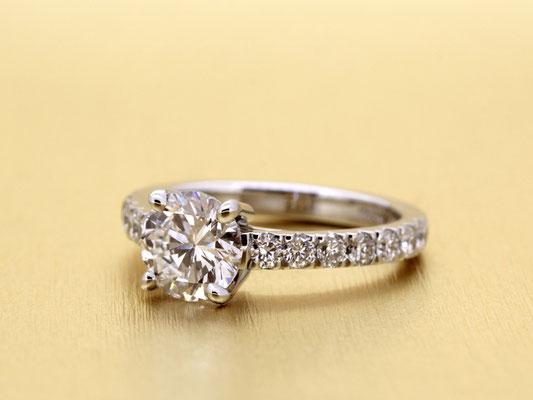 アームにもダイヤモンドを敷き詰めた、華やかなエンゲージリング