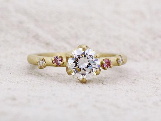 ご自身のエンゲージリングからのリフォーム。ピンクサファイアとダイヤモンドが可憐な印象に。
