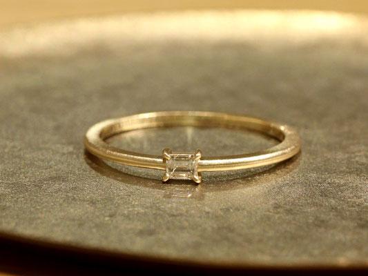 華奢なアームにバゲットカットのダイヤモンドが映えるシンプルなデザイン。