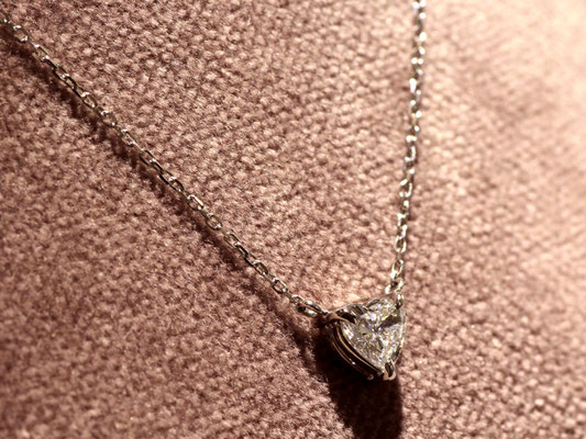エンゲージリングに留まっていたハートシェイプのダイヤモンドをペンダントに仕立直しました。