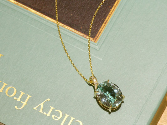 バチカンにダイヤをあしらい、メインの石を華やかに引き立てて。