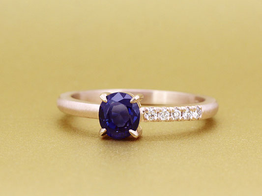 つや消しのピンクゴールドが柔らかな雰囲気。ダイヤモンドはアシンメトリーに配置しました。