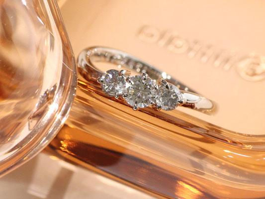 ダイヤモンドを3石並べて。緩やかなカーブが柔らかな印象に。