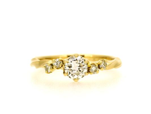 当店オリジナルブランドのエンゲージリングに、セミオーダーでメレダイヤモンドを加えて