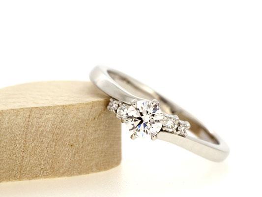 センターダイヤモンドに向けてアームを傾け、少しシャープな印象に