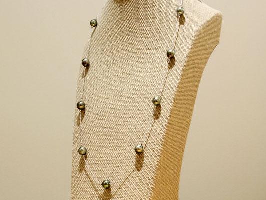 黒蝶真珠のステーションネックレス。プラチナ製の丸玉をパールの両端に入れています。