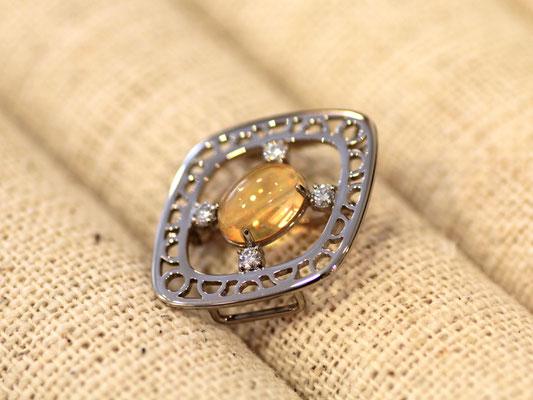 2本のリングの石を使ったブローチ。