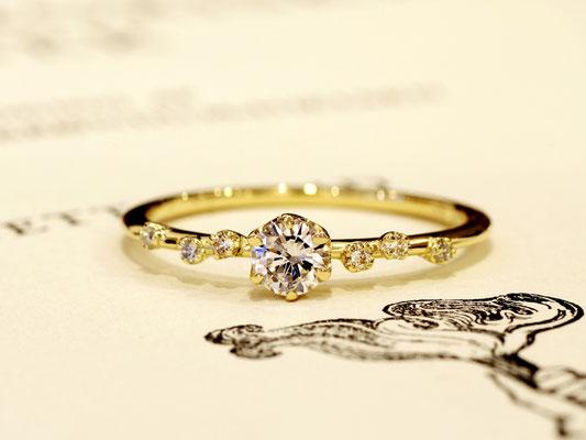 細身のアームに、メレダイヤモンドをランダムにあしらって。
