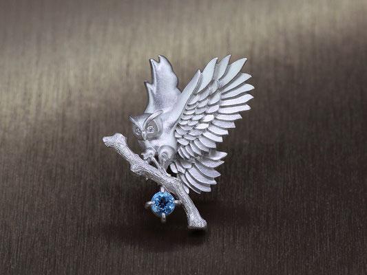 フクロウをデザインしたラペルピン。プラチナに、お誕生石のブルートパーズを合わせ、目はダイヤモンドに。