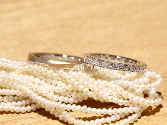 女性用リングは全周にダイヤモンドがあしらわれたフルエタニティ。男性用リングは、ななめのラインを境に上下の丸みを落として。