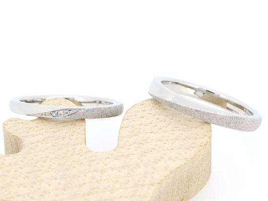 1/2周の範囲にダイヤモンドダスト加工を。女性用リングにはダイヤモンドとブルートパーズをあしらって