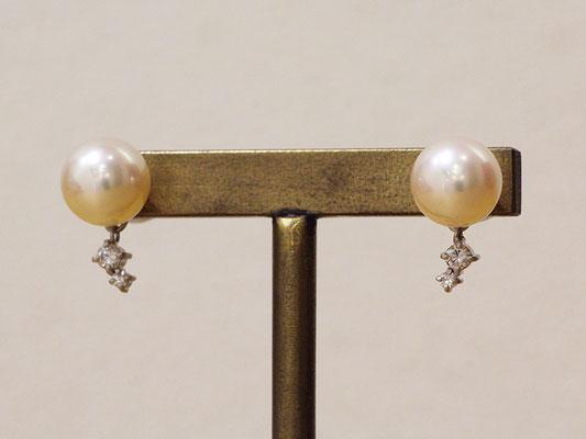 イヤリングからピアスへのリフォームの際に、デザインも新たに。パール下のダイヤモンドは揺れる仕様です。