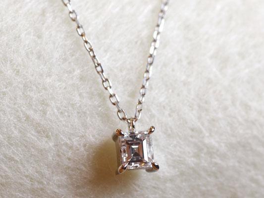 バゲットカットのダイヤモンドを使った、シンプルなペンダント。