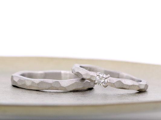 受け継がれたリングのダイヤモンドとプラチナを使用。リング幅に動きを付け、ラフな印象に。