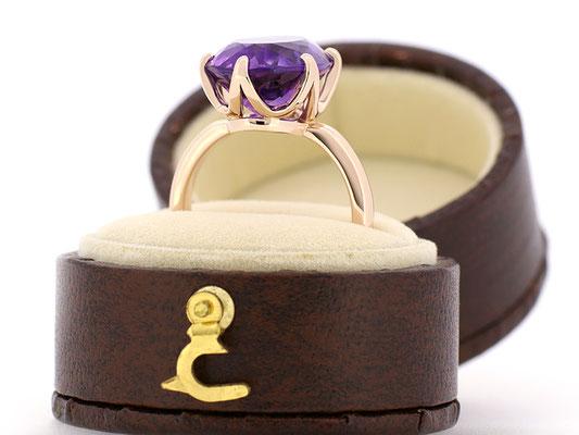 シンプルな6本爪のリングですが、石枠の側面にアクセントを。