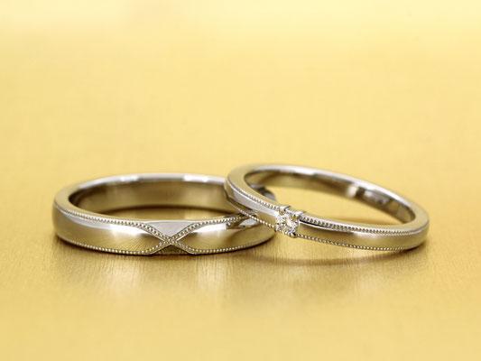 ミルグレインが美しいマリッジリング。男性用リングはミルグレインが中央で交差し、女性用リングにはダイヤモンドを。