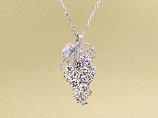 ダイヤモンドをブドウの粒に見立てたペンダント。複数のジュエリーからのリフォームです。