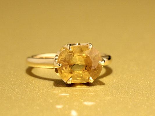 大粒の石を使用したシンプルなデザインのリングですが、石の向き(縦or横)により、イメージは大きく変わります。