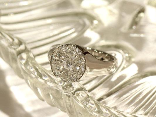 ボリュームたっぷりのプラチナリング。ダイヤモンドを敷き詰めて華やかに。