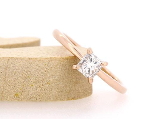 バゲットカットのダイヤモンドを引き立てる、シンプルな仕立てに