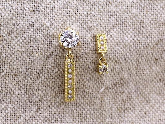 ダイヤモンドに「あこや真珠」のケシパールを合わせて、アシンメトリーなピアスに。