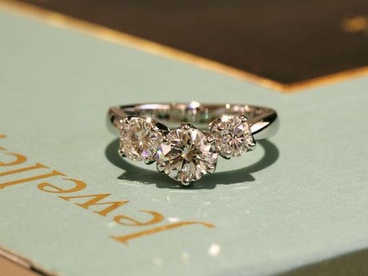 3本のリングから外したダイヤモンドを、V字のラインに沿って配置。向かって右側の石を少しだけ上げて、アシンメトリーに。
