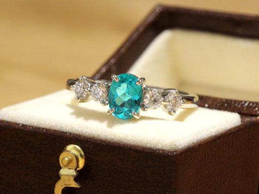 鮮やかなパライバトルマリンとダイヤモンドのリング。