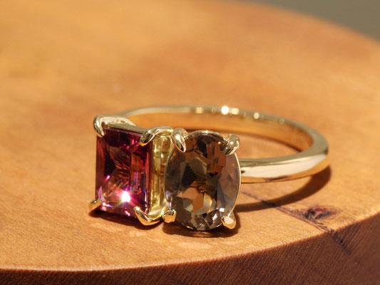 ロードライトガーネットとスモーキークォーツのリング。形の違う宝石を組み合わせた、当店で人気のスタイル。