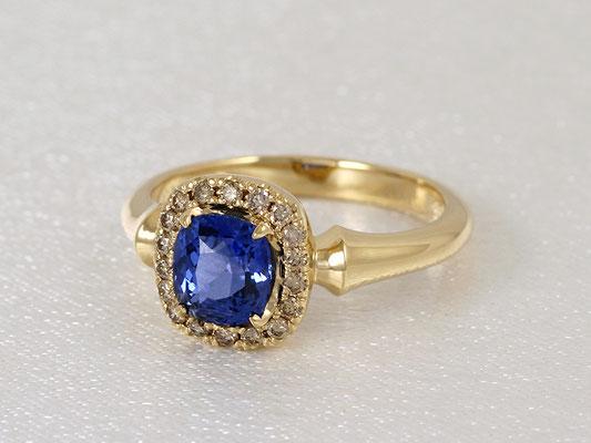 美しいブルーサファイアをライトブラウンのダイヤモンドが取り巻く華やかなリング。