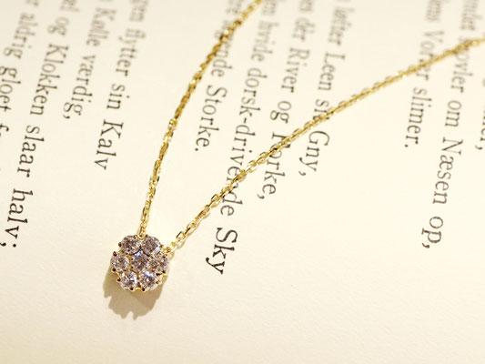 同じサイズ感のダイヤモンドを7石集めたペンダント。