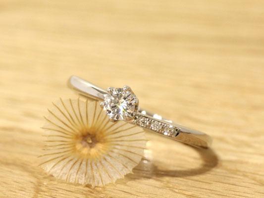 アームにあしらったメレダイヤモンドが輝きを添えます