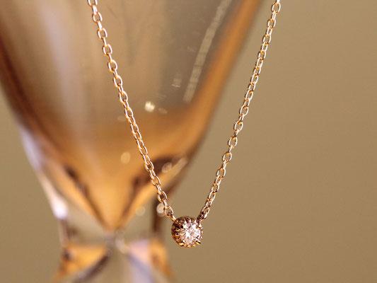 直径2ミリ程のダイヤモンドに枠をつけたネックレス。