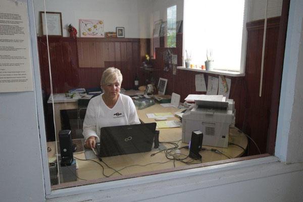 Unsere Frau Wicklein bei der Buchhaltung und zuständig für die Wäsche von Federdecken.