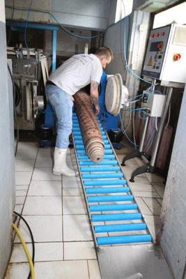 Anschließendes Entwässern in der Längszentrifuge (Langschleuder bis 3,40m breite Teppiche).