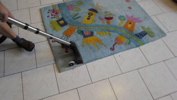 Handluftteppiche sind meist nicht waschbar, deshalb werden diese Teppiche von uns sprühextrahiert. Auch die Teppichbodenreinigung für festverlegte Teppichböden wird mit diesem Verfahren gereinigt meist mit einem vorherigen Shampoonieren.