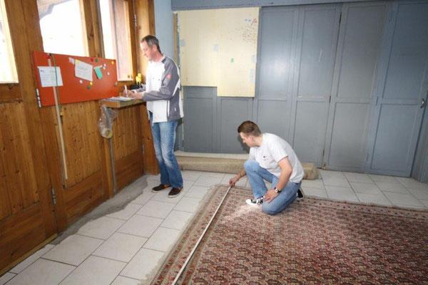Ausmessen der angelieferten Teppiche und Überprüfung auf Beschädigungen. Eintragung ins Wareneingangsprotokoll.