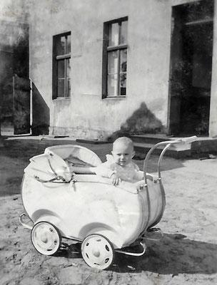 """(019) """"Mittelpunkt der Erde"""", Hof, 1954 (Gudrun Menzel)"""